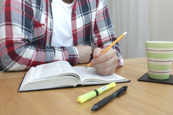 Le crayon à papier reste l'arme absolue du concepteur-rédacteur qui veut annoter ses livres... sans les abîmer !